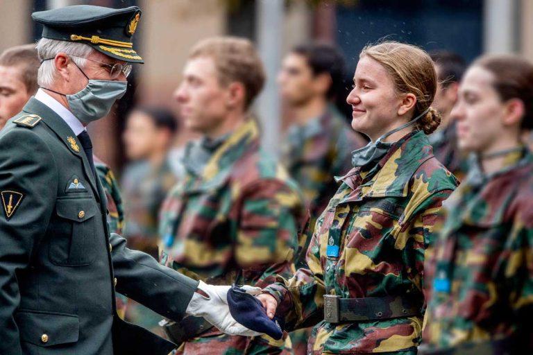 La soldado Elisabeth, muy emocionada al recibir la boina azul de manos de su padre, el rey de Bélgica