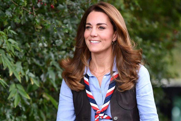 Kate Middleton se estrena como presidenta de los scouts asando nubes y con moda española