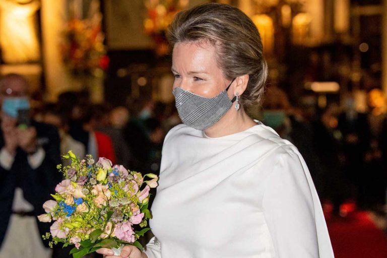 Matilde de Bélgica da otra vuelta de tuerca: mascarilla a juego con pantalón con brillos