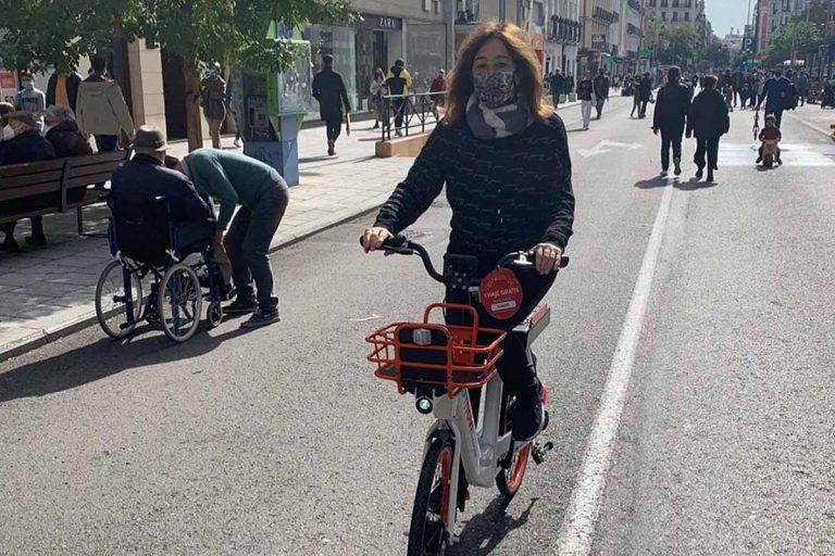 Ana Rosa Quintana disfruta de un plan sobre ruedas: en bici por Madrid