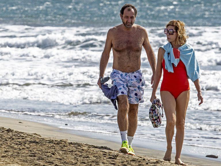 El romántico paseo por la playa de Ágatha Ruiz de la Prada y su novio, Luis Gasset