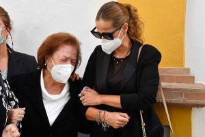 Pastora Soler, destrozada, da el último adiós a su padre acompañada de su madre