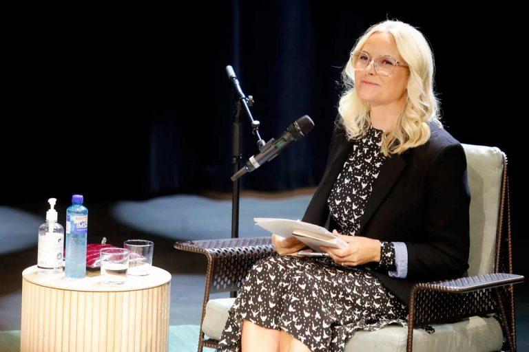 La imagen más inusual de Mette-Marit: con gafas de intelectual y coqueto cruce de piernas