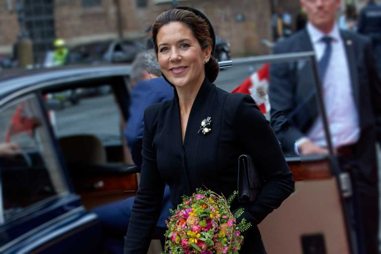 Mary de Dinamarca se echa años con su extraño look