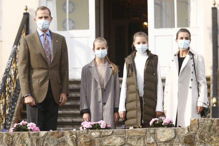 Los Reyes y sus hijas finalizan su visita más especial a Asturias en el Pueblo Ejemplar de Somao