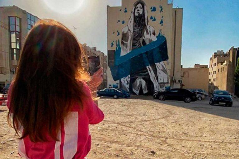 ¿Quién es la reina que se para a fotografiar graffitis?