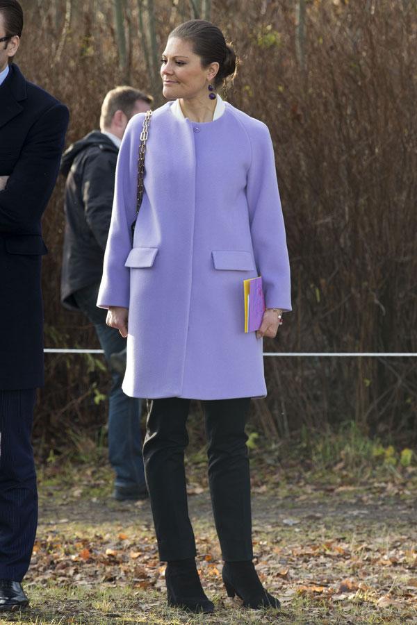 La princesa Victoria de Suecia lució un abrigo en color lila