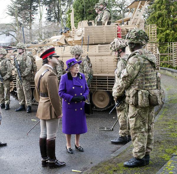 isabel II de maniobras militares en Windsor