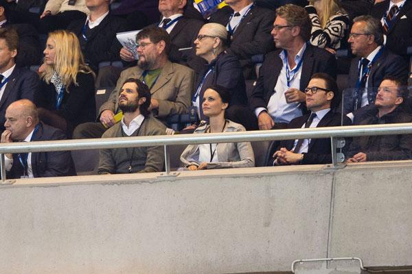 El príncipe Carlos Felipe de Suecia y su novia, Sofía Hellqvist , en el fútbol