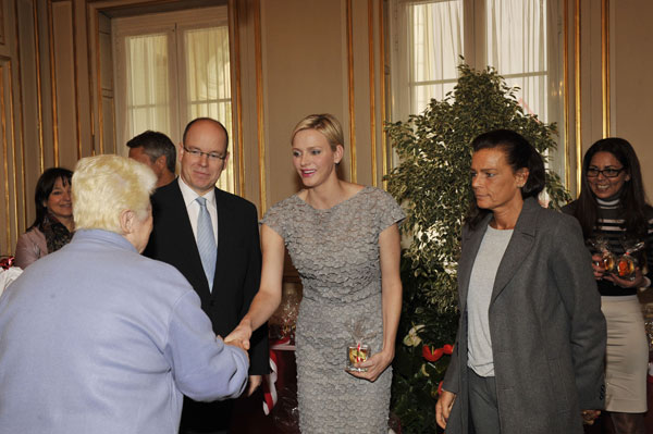 Charlene de Mónaco, entre el príncipe Alberto y la princesa Estefanía.