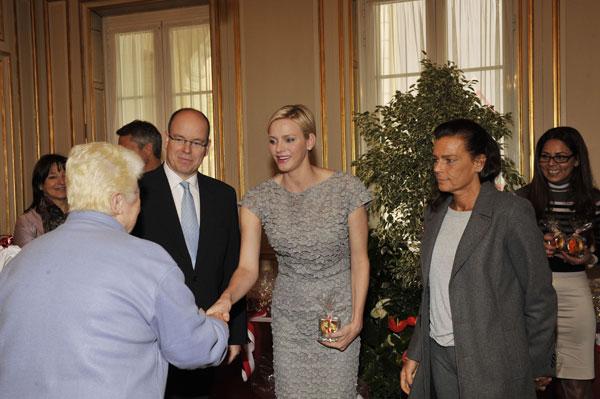 La princesa Charlene, entre el príncipe Alberto y la princesa Estefanía.