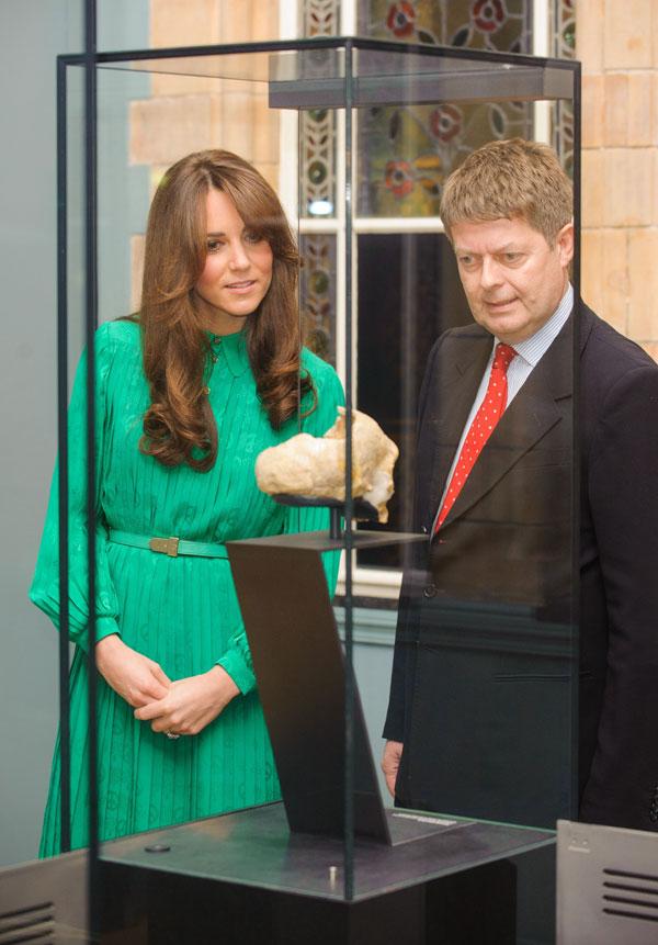 La duquesa de Cambridge contempla una de las maravillas que se exponen en la nueva galería del Museo