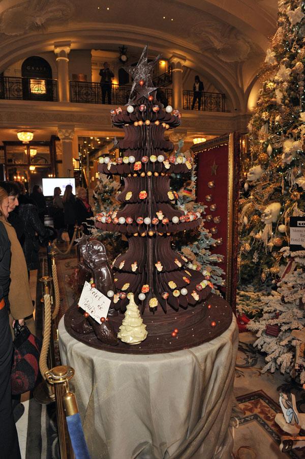 Arbol de Navidad decorado por importantes firmas en el Hotel de París