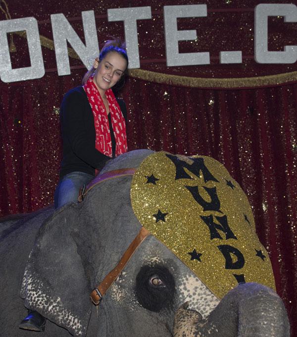 Paulina Ducruet subida en un elefante