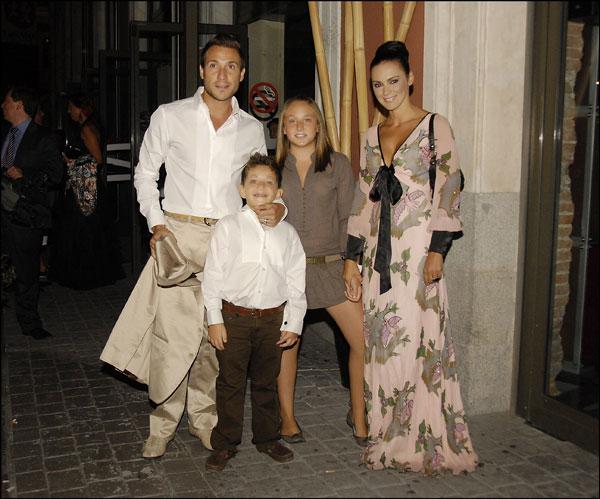 Antonio David Flores con sus hijos y su nueva esposa, Olga Moreno