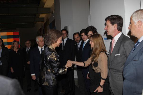 La reina Sofía, a su llegada a la exposición, con Genoveva Casanova.