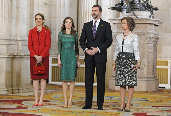 La reina, los príncipes y la infanta Elena