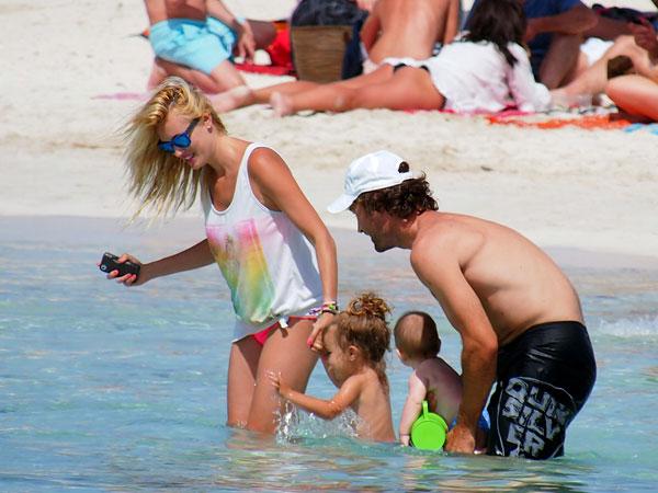 Carlos Moyá y Carolina Cerezuela con sus hijos en Ibiza