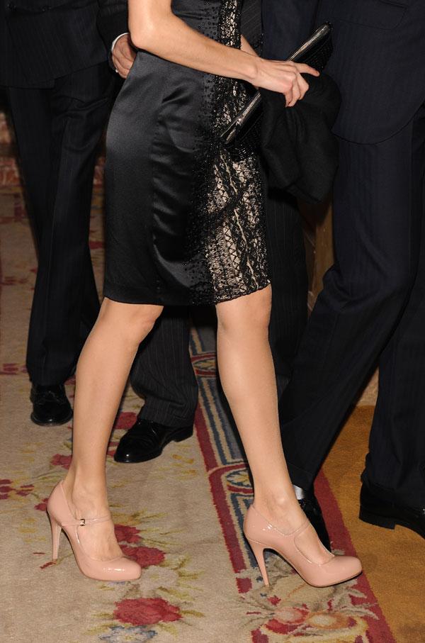 letizia con zapatos de salón con tira en nude