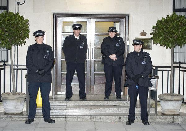 La puerta del hospital King Edward VII, custodiada