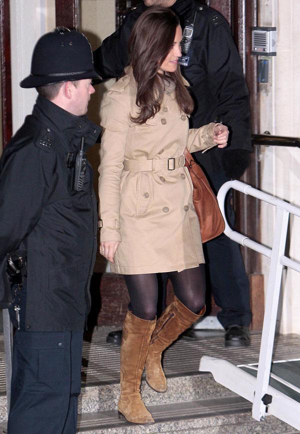 Pippa Middleton con gabardina beis y botas Superdry