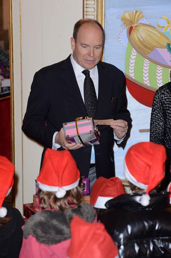 El príncipe Alberto de Mónaco reparte regalos en el palacio Grimaldi