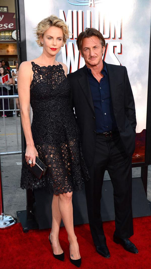 """Charlize Theron, a la izquierda, y Sean Penn llegan en el estreno mundial de """"Un millón de maneras de morir en el Oeste"""", en el teatro de la aldea de la regencia el Jueves, 15 de mayo 2014, en Los Angeles."""