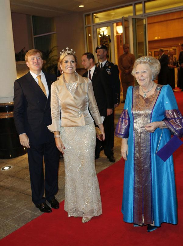 Guillermo y Máxima con la reina Beatriz de Holanda