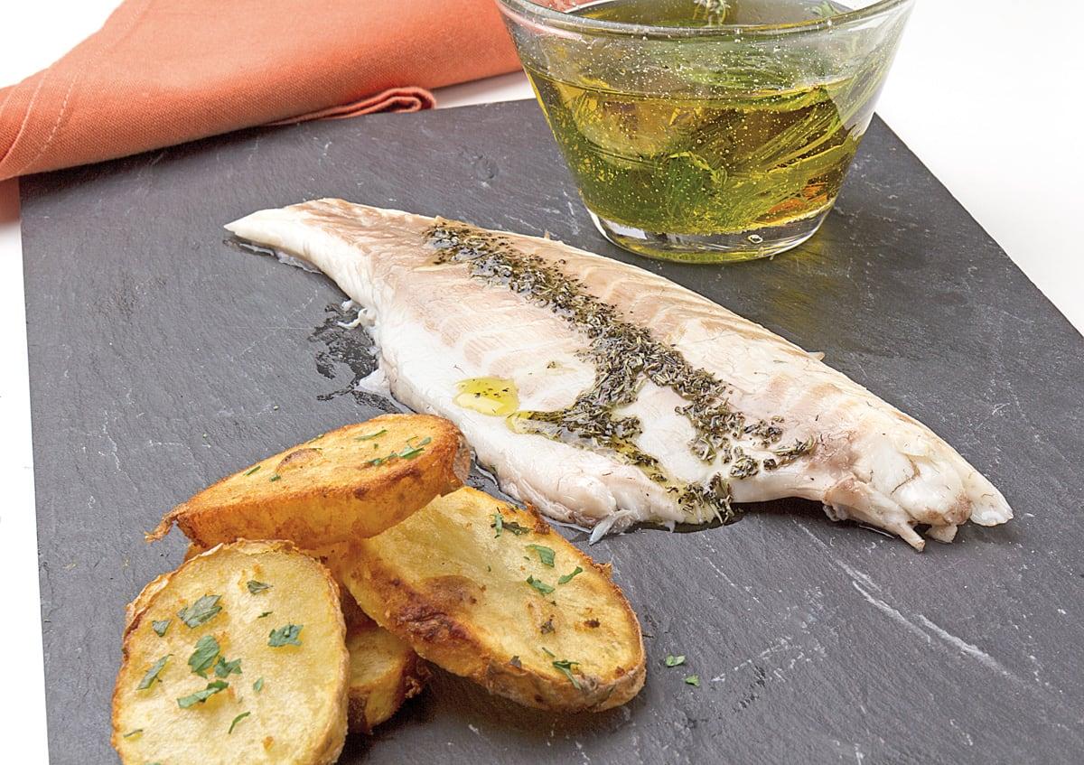 Lubina al aceite mediterráneo con patatas doradas