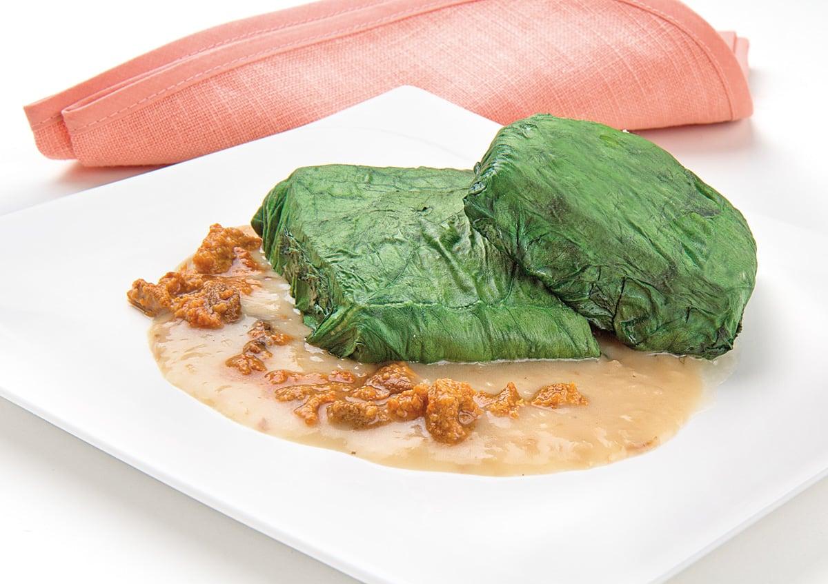 Mero envuelto en espinacas con salsa de erizos