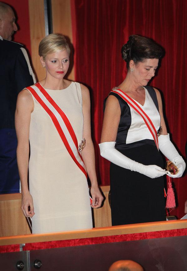Las princesas Charlene y Carolina repersentaron el glamour de Mónaco.