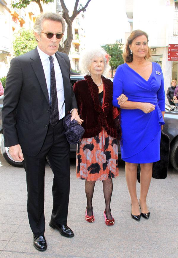 La duquesa de Alba con Alfonso Díez y Carmen Tello