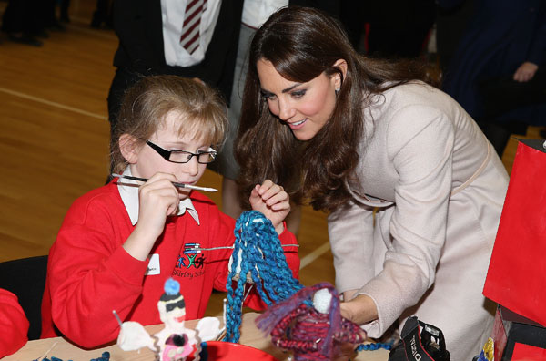Kate Middleton, con un alumno del Manor School