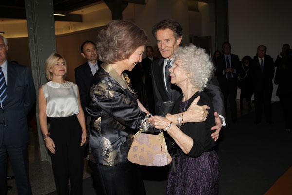 Cariñoso gesto de la reina Sofía con la duquesa de Alba.