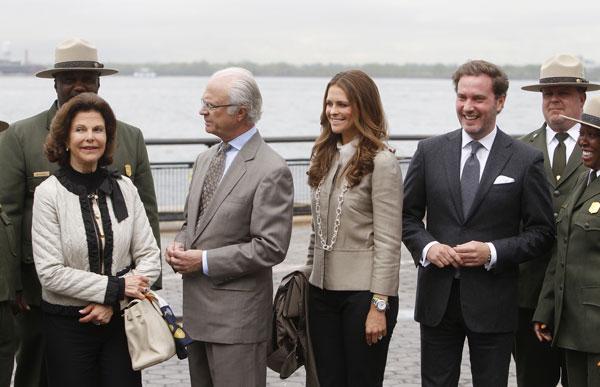 Los reyes de Suecia con Magdalena y Chris