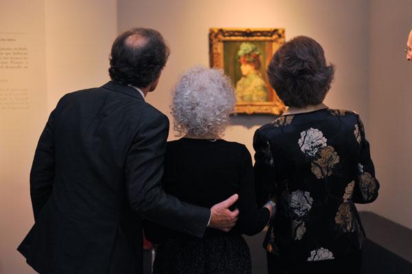 Los duques de Alba y la reina, contemplando un cuadro de la muestra.