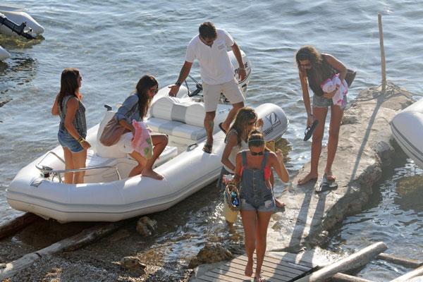 Ana-Boyer en Ibiza con un grupo de amigos