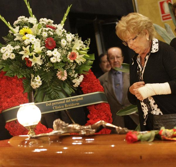 Anita, la viuda de Manolo Escobar ante el féretro de su marido en la capilla ardiente instalada en Benidorm
