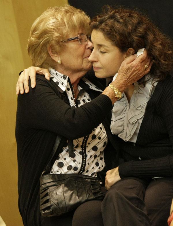 Anita Marx y Vanesa García, viuda e hija de Manolo Escobar, en la capilla ardiente del cantante instalada en Benidorm