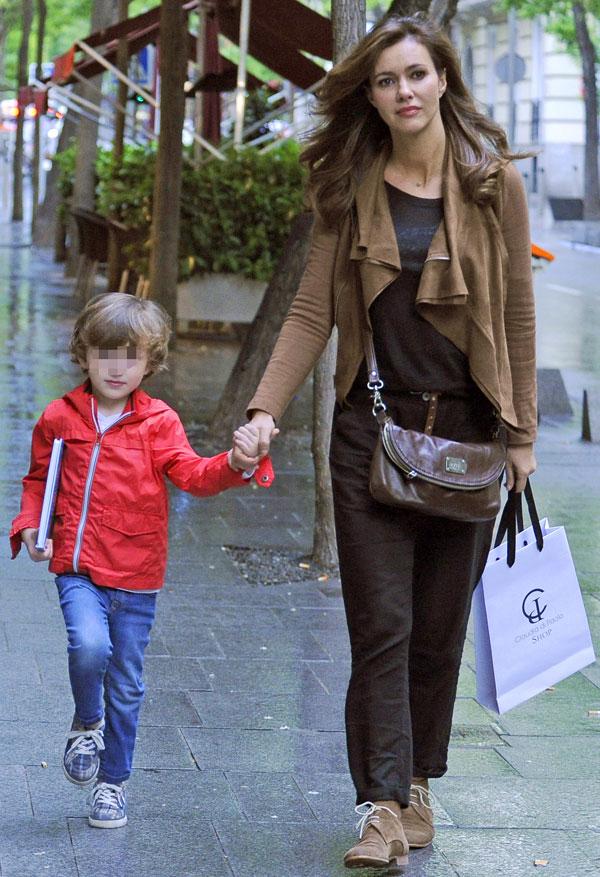 Arancha del Sol y su hijo Juan Rodrigo de paseo por Madrid