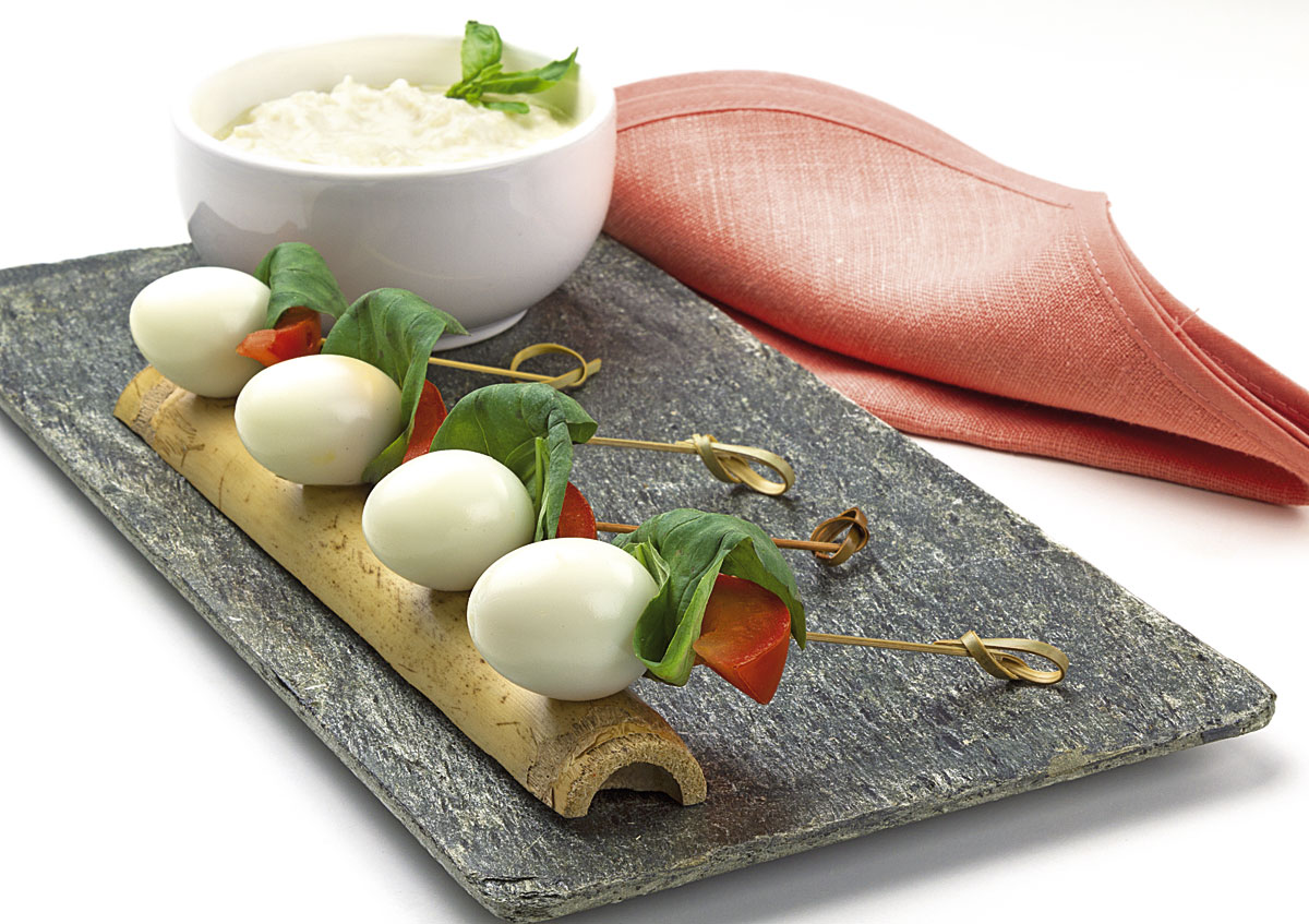 Brocheta De Huevo De Codorniz Con Salsa De Yogur