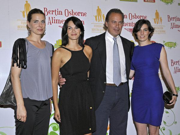 Bertin Osborne con sus hijas Alejandra y Eugenia y su mujer Fabiola Martinez en la presentación de su firma de alimentación en 2010