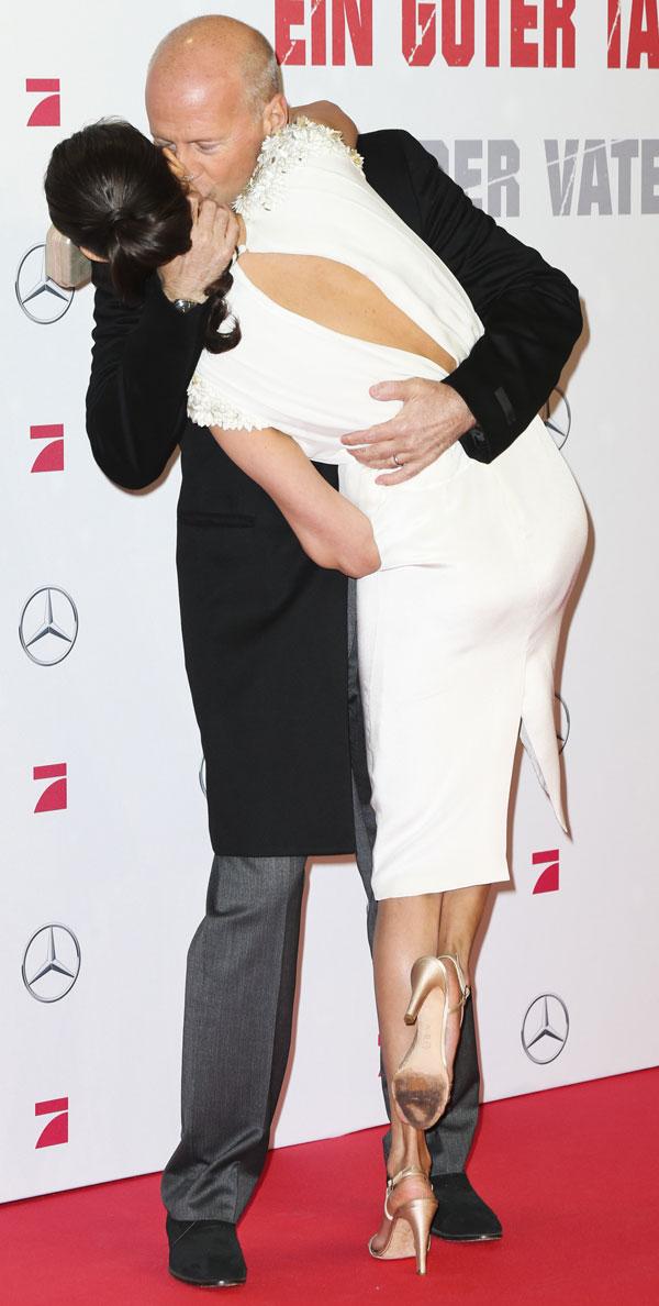 Bruce-Willis-beso-espalda