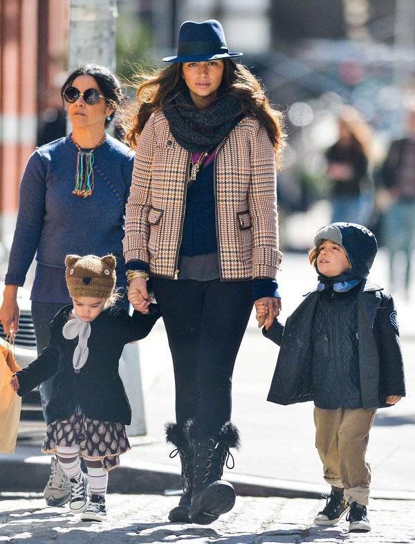 Camila Alves y sus hijos, Levi y Vida, en Nueva York