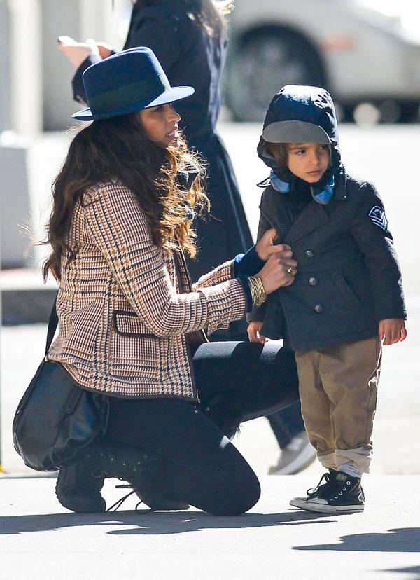 Camila Alves y su hijo Levi en Nueva York