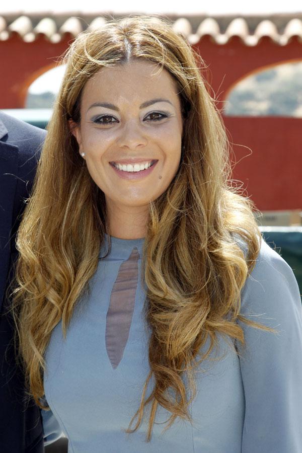 Maria Jose Campanario en la puerta de Ambiciones el dia de la Primera Comunion de su hija Julia
