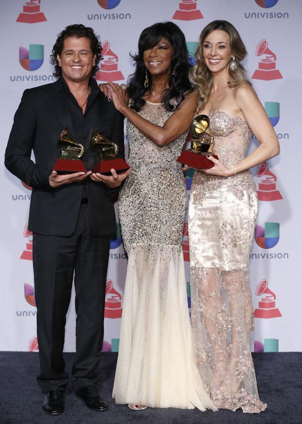 Carlos Vives, Natalie Cole y Elena Vazquez en el show de la gala de los Premios Grammy Latinos 2013