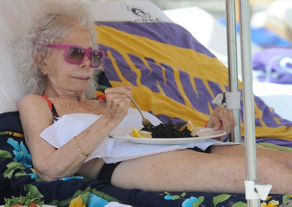Cayetana Fitz-James Stuart, duquesa de Alba, en la playa de Cala Salada (Ibiza)
