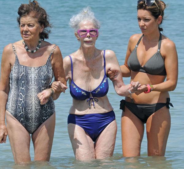 Cayetana Fitz-James Stuart, duquesa de Alba, y dos amigas se dan un baño en el mar, en Cala Salada, en Ibiza