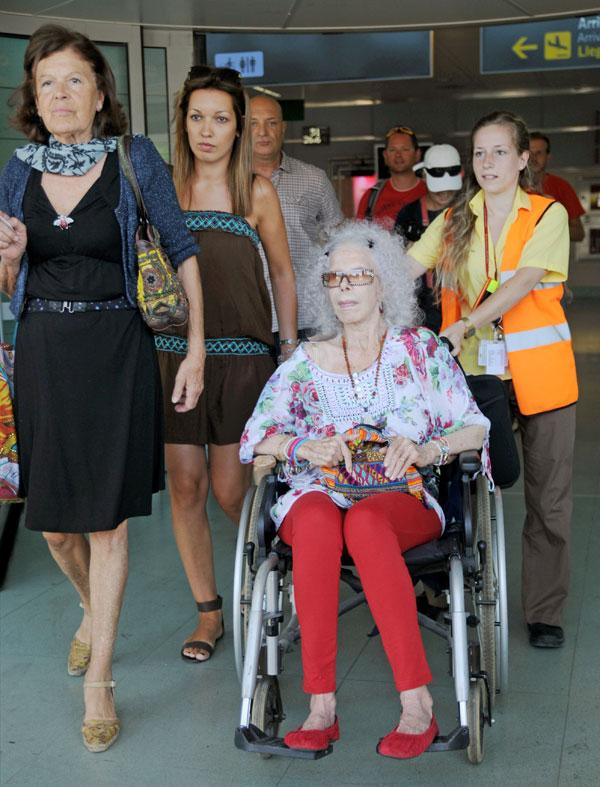 Cayetana Fitz-James Stuart, duquesa de Alba, con su secretaria Lola  a su llegada a Ibiza para sus vacaciones de agosto de 2013